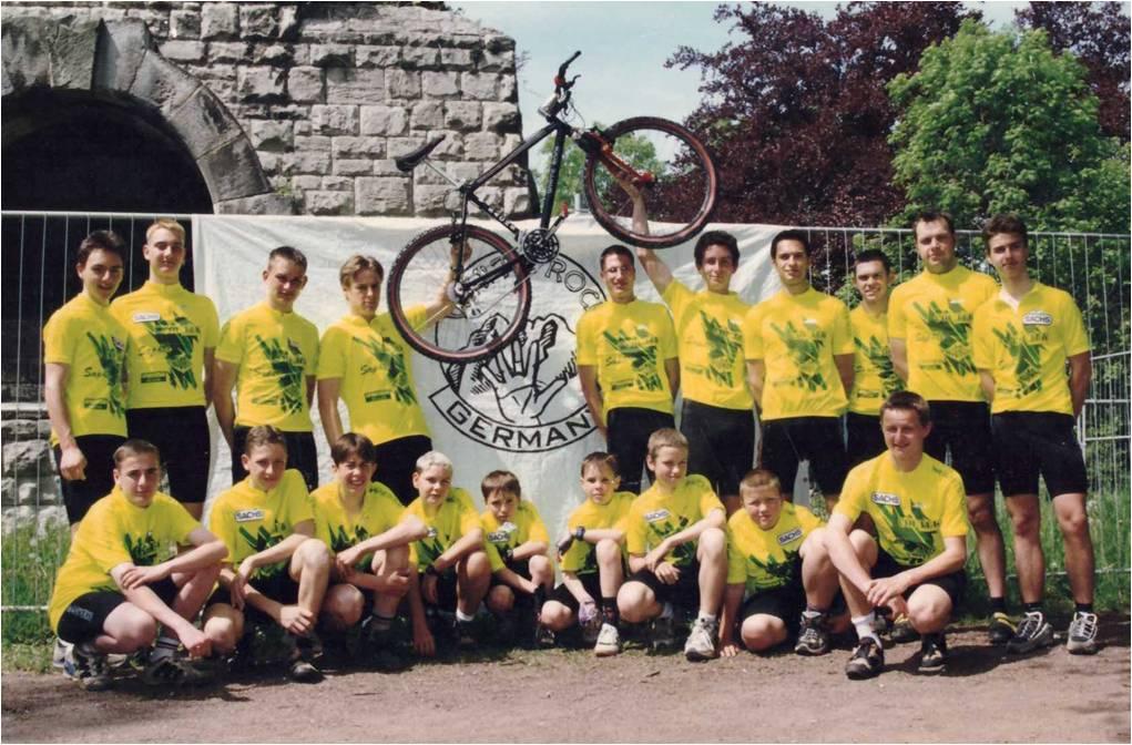Mannschaftsbild 1997 mit den ersten Trikots (vor dem Bismarckturm)