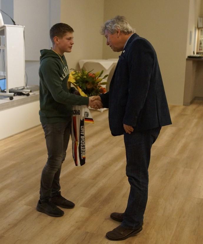 LV-Präsident Günter Grau ehrt Gregor Wiegleb als Sportler des Jahres 2017 im Verein