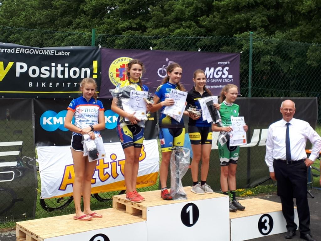 Celina (zweite von links) bei der Siegerehrung der U15 Mädchen