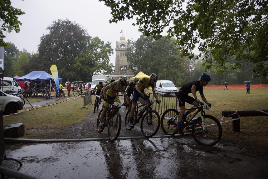 Das Eliterennen startet im strömenden Regen