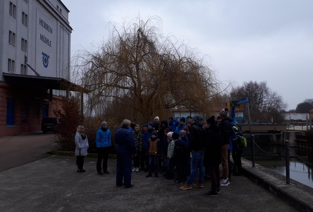"""Herr Böcklererklärt uns das Saale- Wasserkraftwerk """"Herrenmühle"""""""
