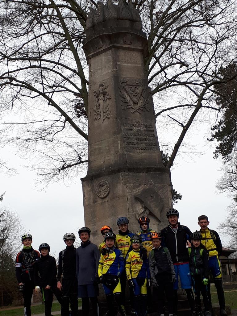 Eine Gruppe fährt traditionell zum BDR -Denkmal nach Bad Schmiedeberg